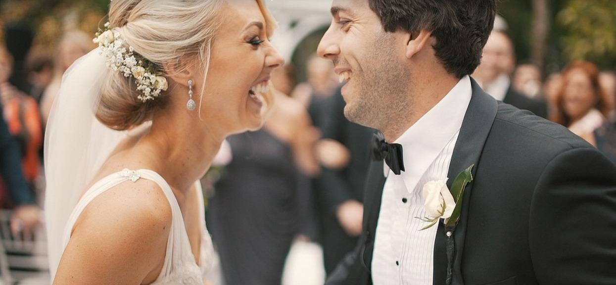 Mąż miał zobaczyć żonę dopiero przed ołtarzem. Gdy na nią spojrzał, prawie posikał się ze śmiechu