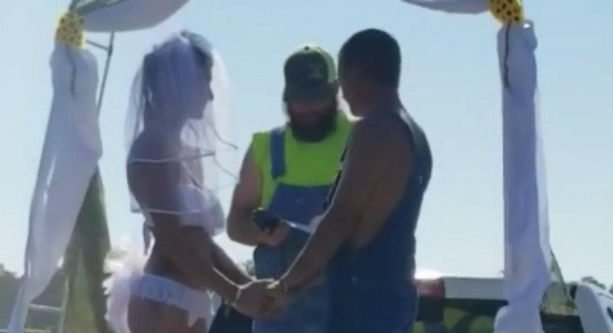 Ekstrawagancja czy kicz? Panna młoda wzięła ślub w samej bieliźnie