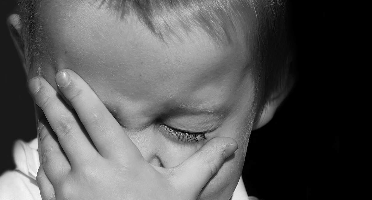 Tragedia. Młodszy braciszek zabił 6-letnią siostrzyczkę na oczach matki