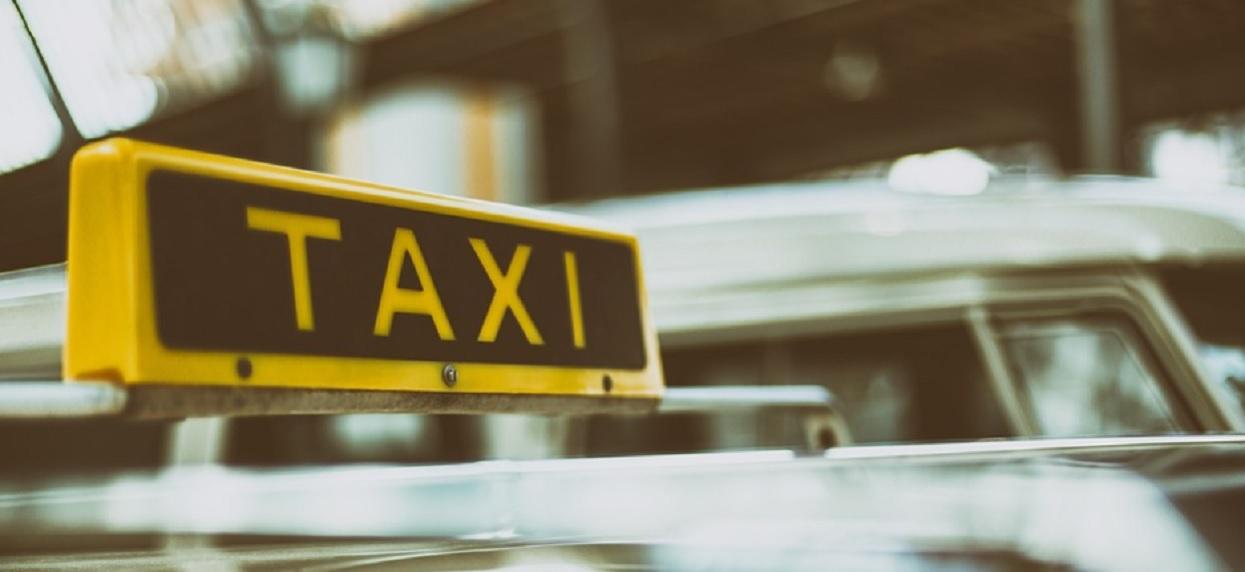 """Podłe. Taksówkarz chce zakazać Ubera, bo przez niego w Polsce """"przybywa ciemnoskórych"""""""