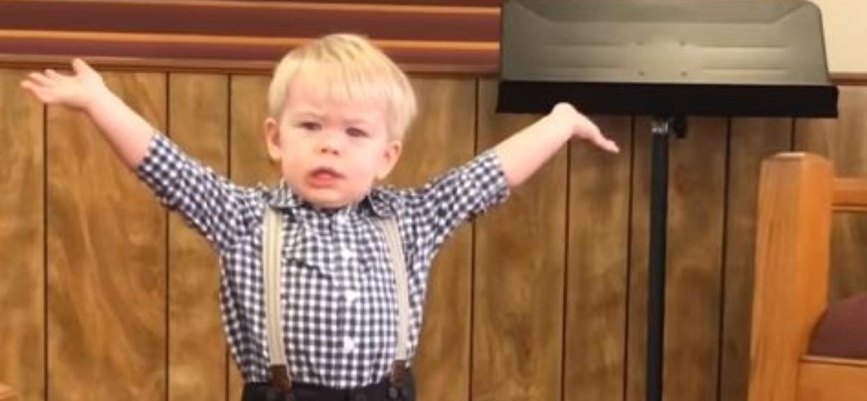 Chłopczyk wyszedł na środek i zaczął głosić kazanie. Nagle kościół ryknął śmiechem