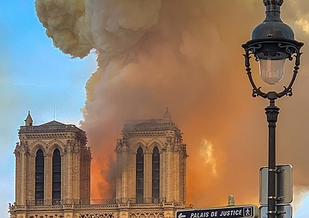 TVN dotarł do zaskakujących informacji. Tuż przed wybuchem pożaru Notre Dame zamontowano kamery
