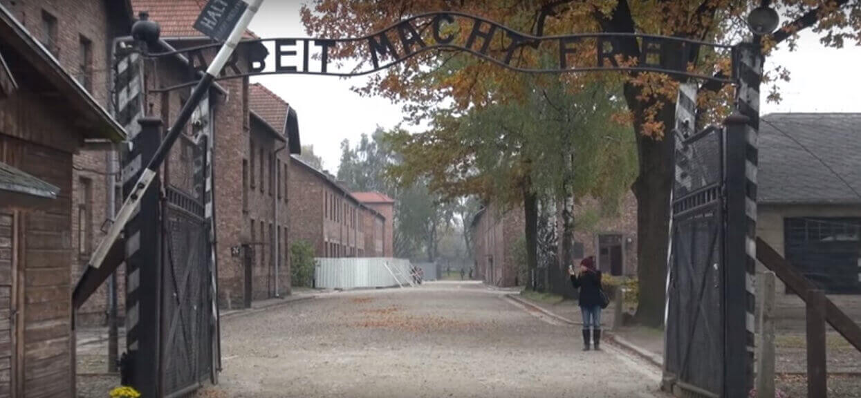 Wygłupiają się w Auschwitz i robią radosne zdjęcia. Nie obchodzi ich, że zginęły tam miliony ludzi