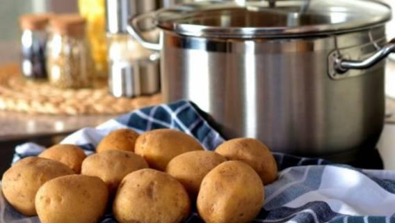 Jak gotować ziemniaki w mundurkach? Metoda dla leniwych
