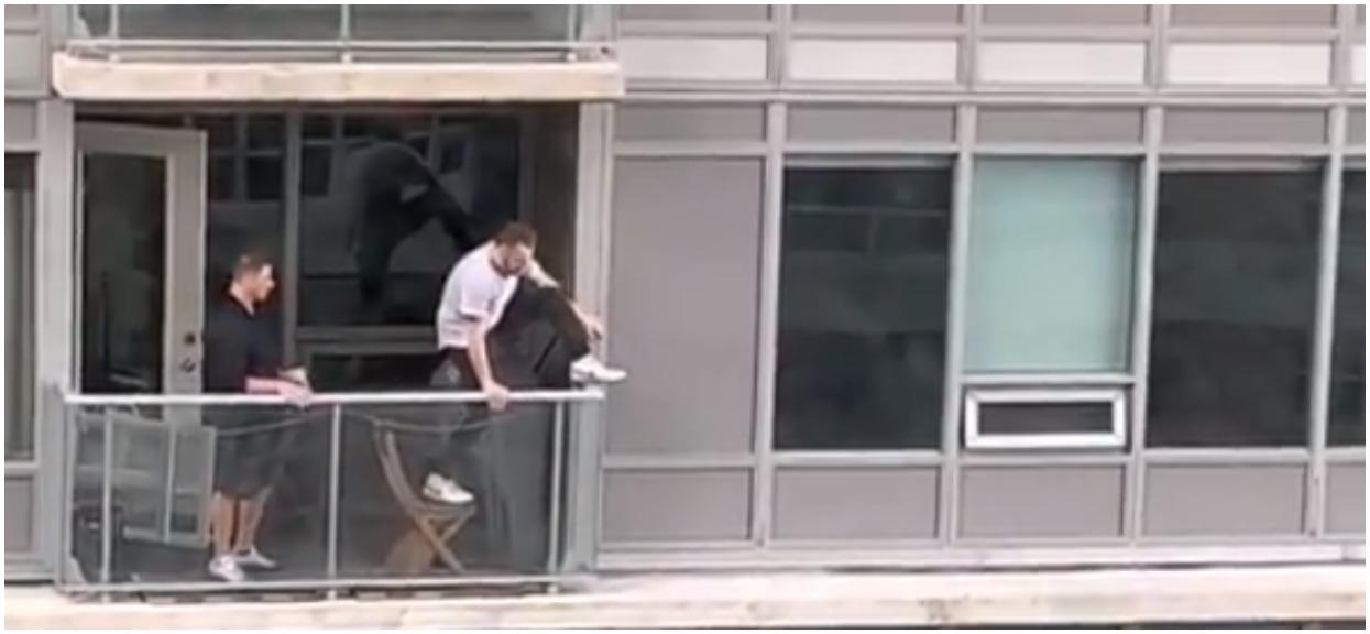 Kot uciekł przez okno na balkon sąsiadów. Właściciel naraził życie, aby odzyskać swojego zwierzaka (Video)