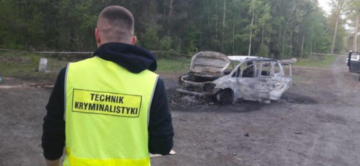 Polsat: Policjanci znaleźli zwęglony samochód. Gdy zajrzeli do środka, niemal zwymiotowali