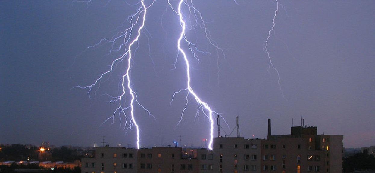 Burza uderzy w Warszawę! Pioruny, potężny wiatr i lodowaty deszcz