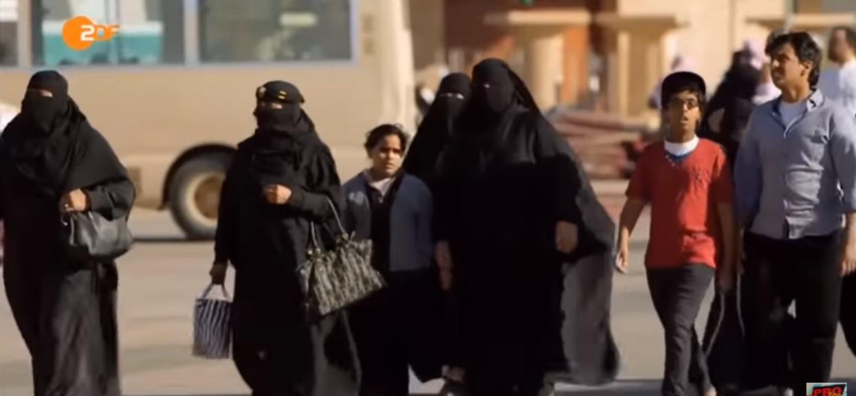 """Tomek wyjechał z żoną do Arabii Saudyjskiej. Ich radość nie trwała długo, """"musiała nosić abaję"""""""