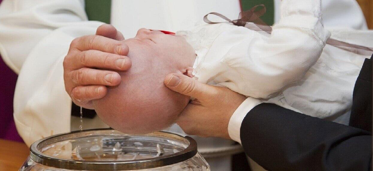 Polacy nie chcą chrzcić dzieci. Kościół w opresji