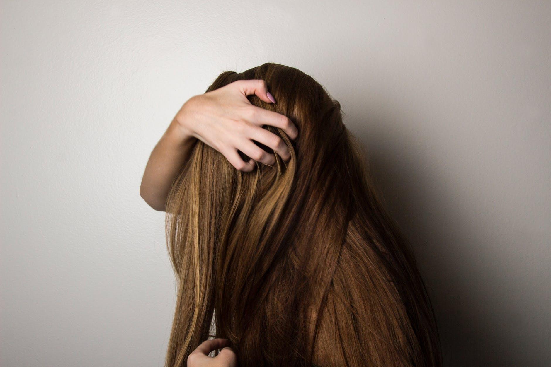 Dlaczego wypadają włosy? Najczęstsze przyczyny