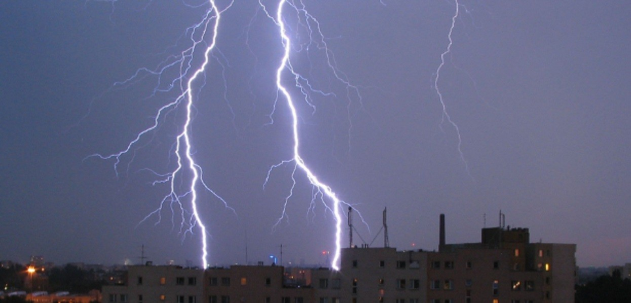 Gdzie jest burza? Na zachodzie Polski powstają trąby powietrzne, nad kilka województw nadciągają burze i grad