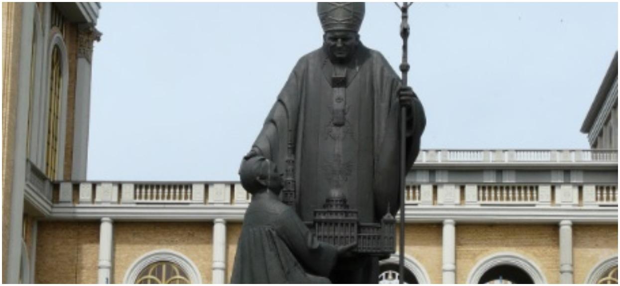 """Oto, co zrobili z pomnikiem Jana Pawła II po premierze filmu """"Tylko nie mów nikomu"""". Wielkie poruszenie w Licheniu"""