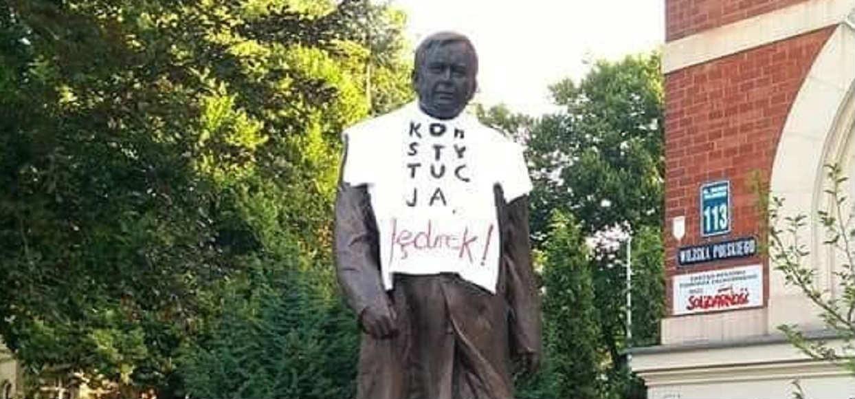 """Koszulka z """"Konstytucją"""" nie obraża Kaczyńskiego. Sąd nie uruchomi postępowania"""