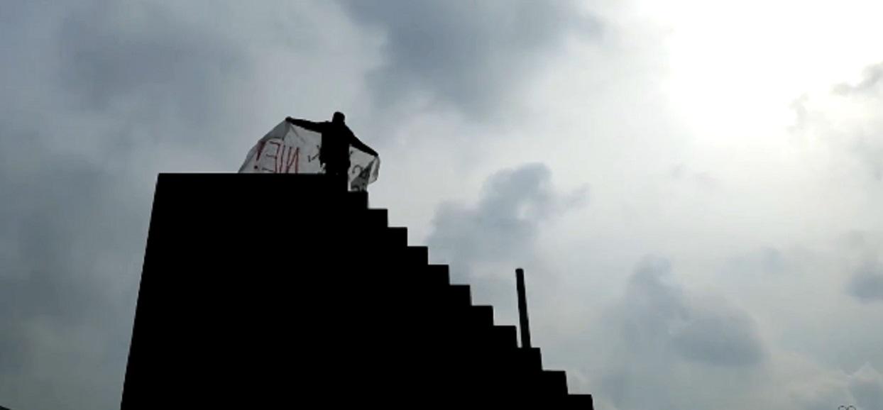 Mężczyzna wdrapał się na pomnik smoleński. Na szczycie wołał do Jarosława Kaczyńskiego