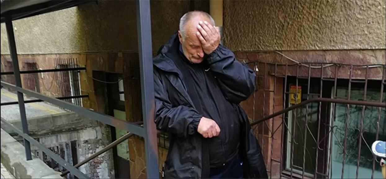 Skandal. Pan Janek latami harował na księdza i mieszkał w jego toalecie. Upodlony, właśnie został wyrzucony na bruk