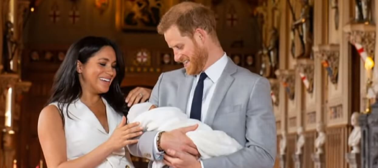 """""""To znak od księżnej Diany"""". Gdy Markle podawała imię syna, na niebiosach nad Pałacem zaczęło się dziać"""
