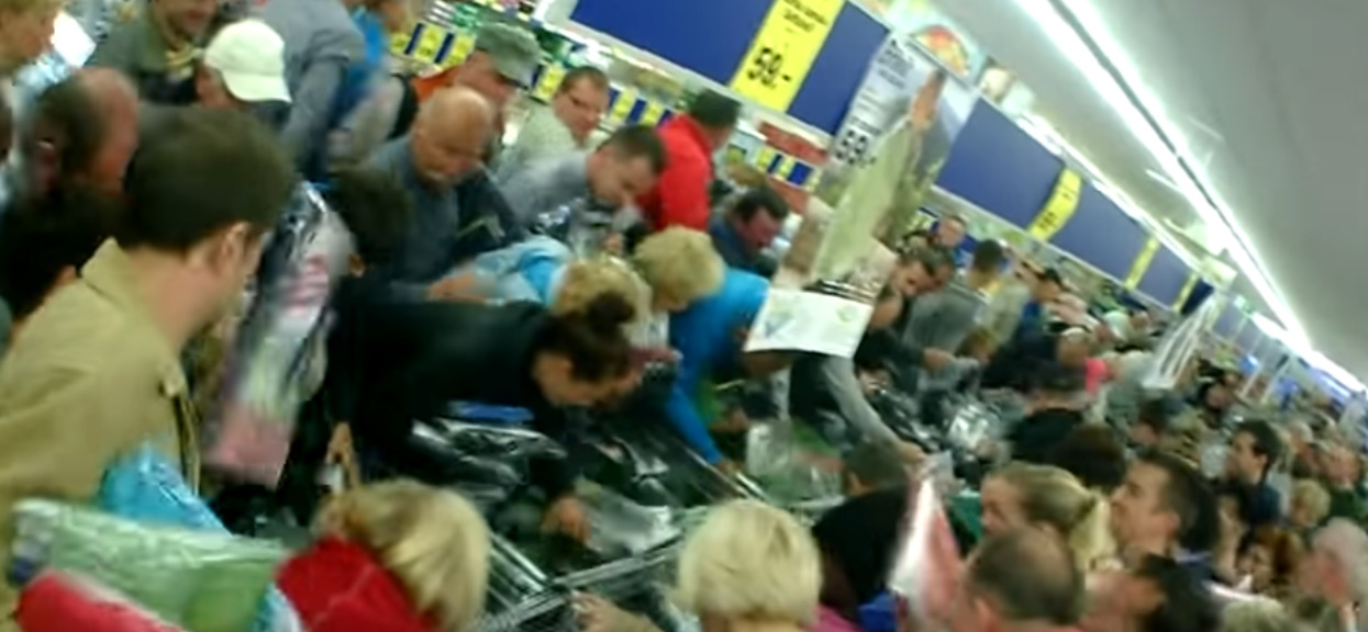 Porażające sceny w Lidlu. Pobili się na promocji o produkt z najniższej półki, zrobili pobojowisko w sklepie