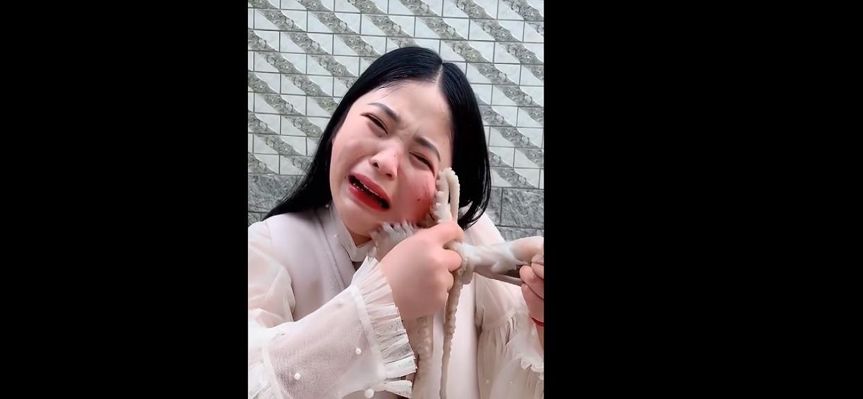 Chciała na żywo zjeść ośmiornicę, zwierzę odpłaciło jej tym samym. Przerażające nagranie w sieci