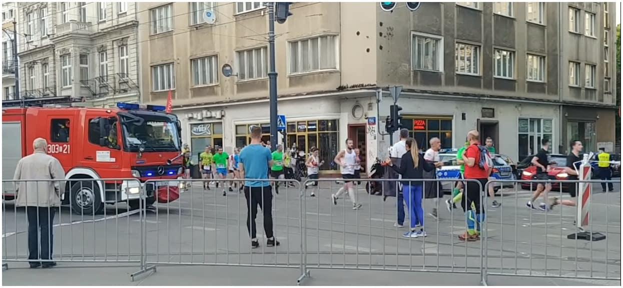 To jest jakiś absurd! Bezmyślni uczestnicy biegu zablokowali straż pożarną
