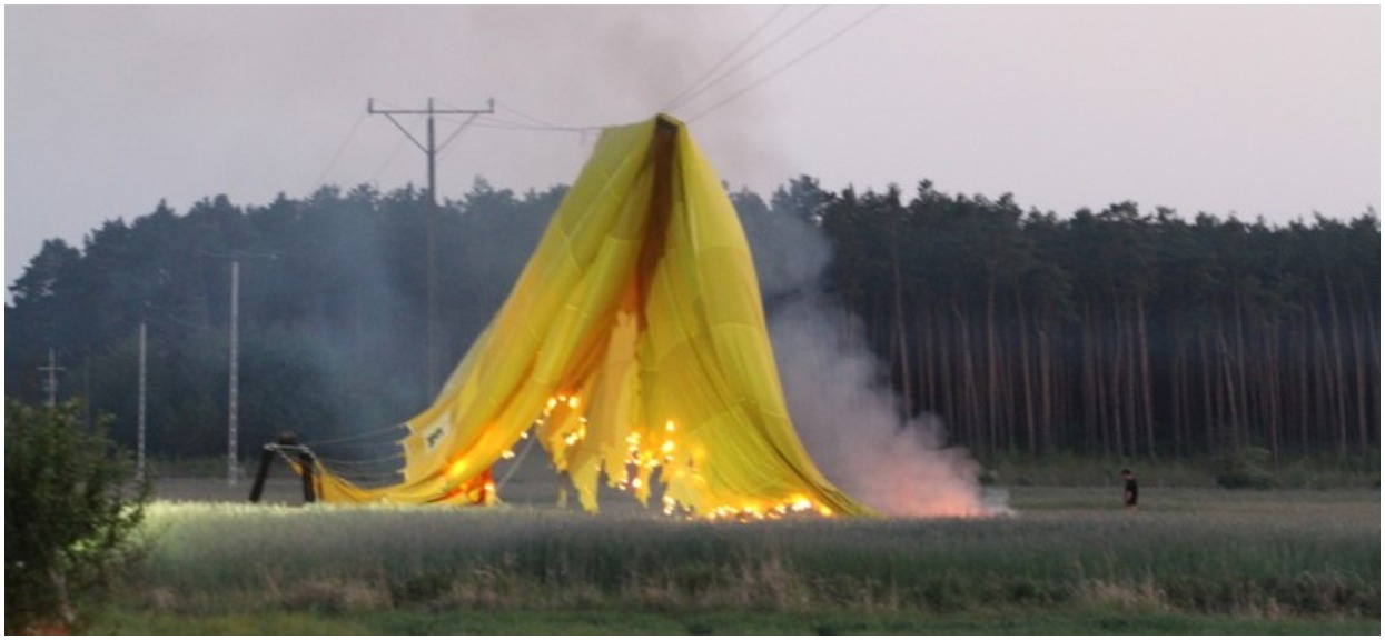 Przerażające obrazki na Polsacie. Balon spadł na linię energetyczną, szybko doszło do pożaru, 2 osoby były w koszu