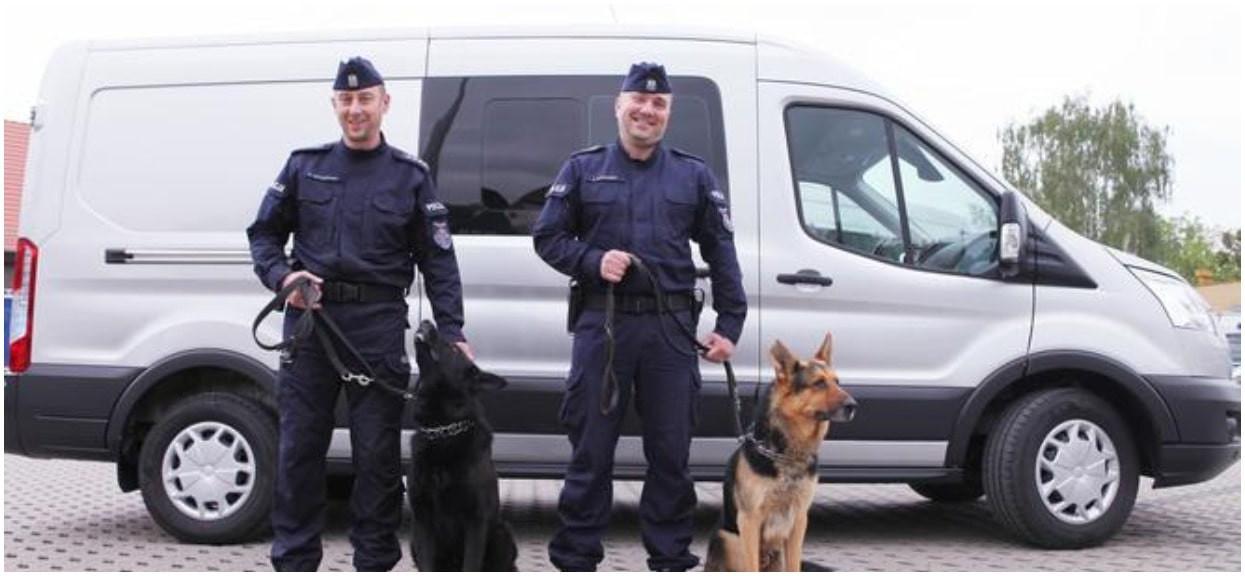 Psy policyjne dostały nowy radiowóz. Wielka radość, teraz będą jeździć bezpiecznie