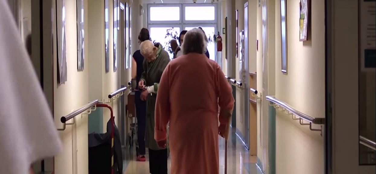 """Szpital nie przyjął starszej pacjentki, która """"pluła krwią i nie mogła oddychać"""". Chwilę potem zmarła"""