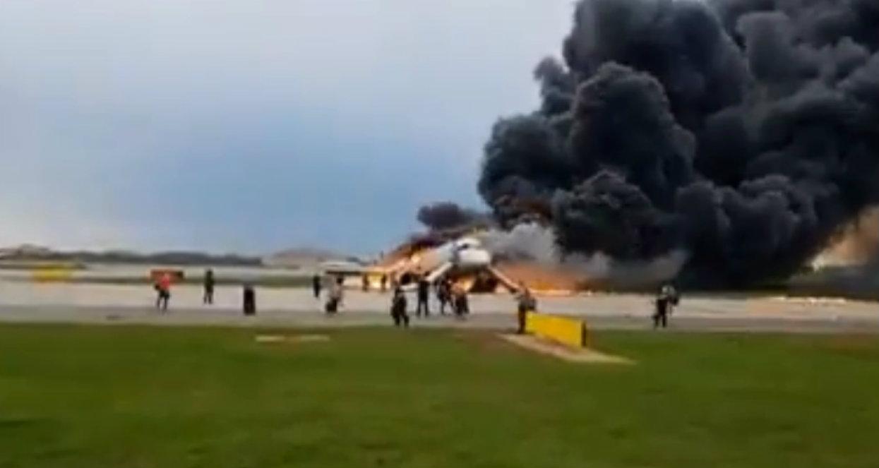 Film z płonącego samolotu przeraża. Ludzie ratowali walizki zamiast ratować własne życie