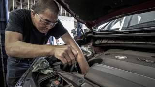Wymiana oleju w samochodzie. Lepiej udać się do mechanika, czy zrobić to w domu?
