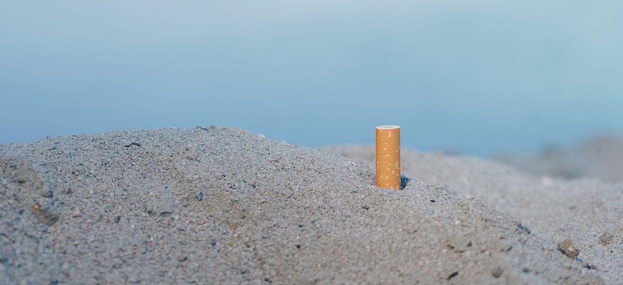 Jaki mandat grozi za śmiecenie na plaży? Na wakacjach posprzątaj po sobie