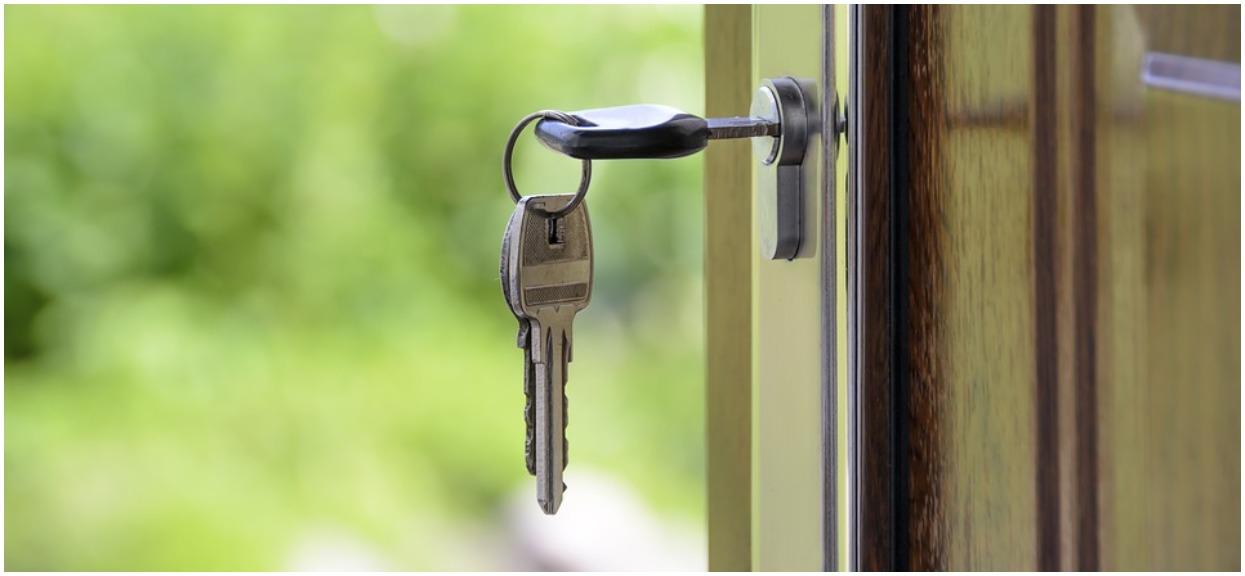 Oburzający trik agencji nieruchomości. Zostawiają na drzwiach mieszkań niepokojące wiadomości