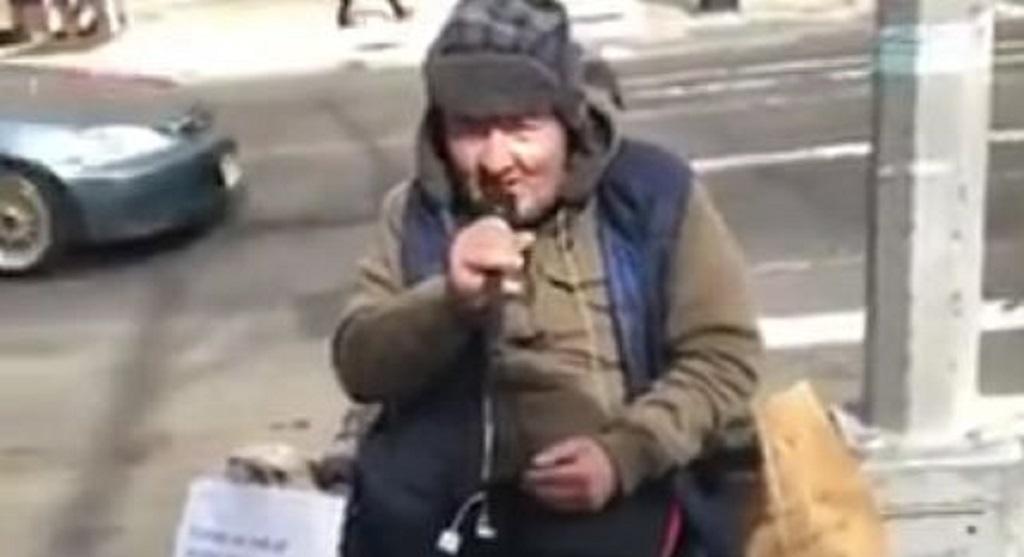 Spotkała kultowego polskiego piosenkarza w kawiarni. Dziś jest bezdomny i nie ma nóg