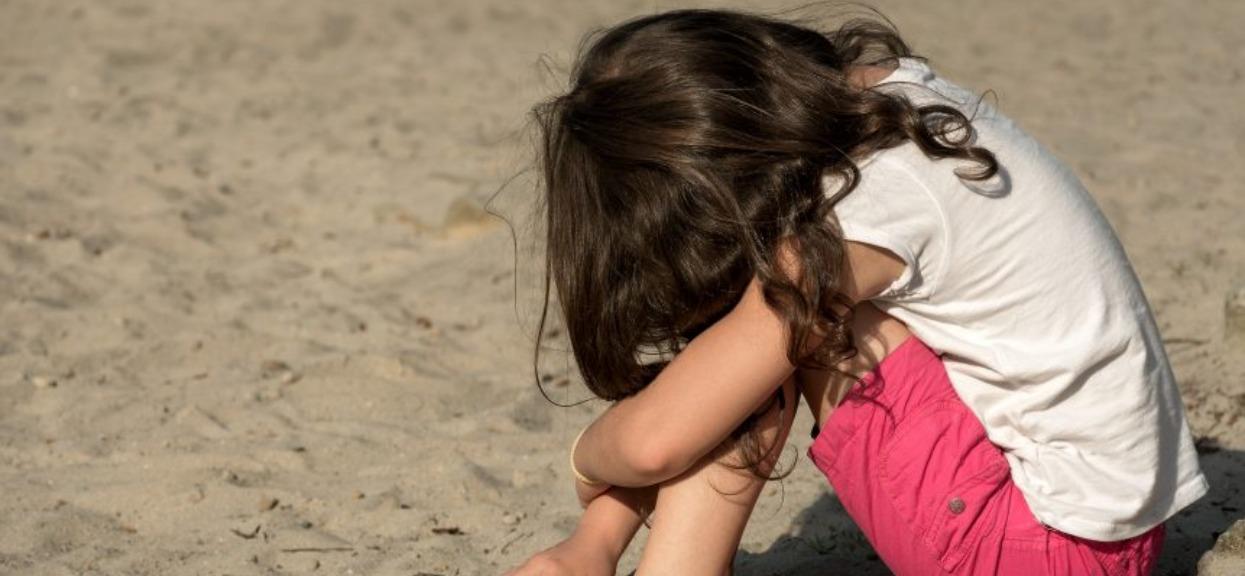 Koleżanki kazały 10-latce szczekać i aportować. Wszystko przez imię, które wybrali dla niej rodzice