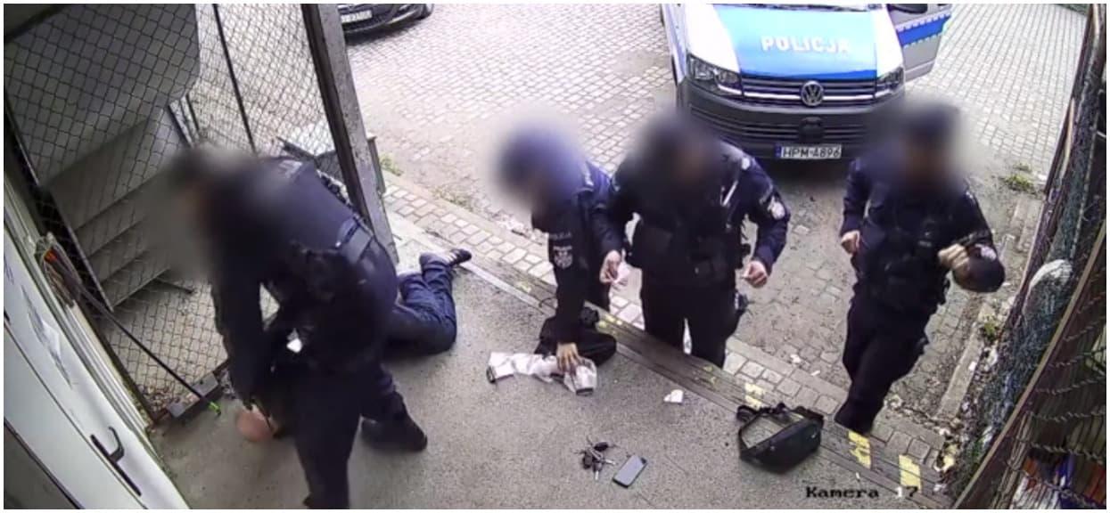Przerażające zachowanie policjantów. Powalili go, bo nie miał dokumentów