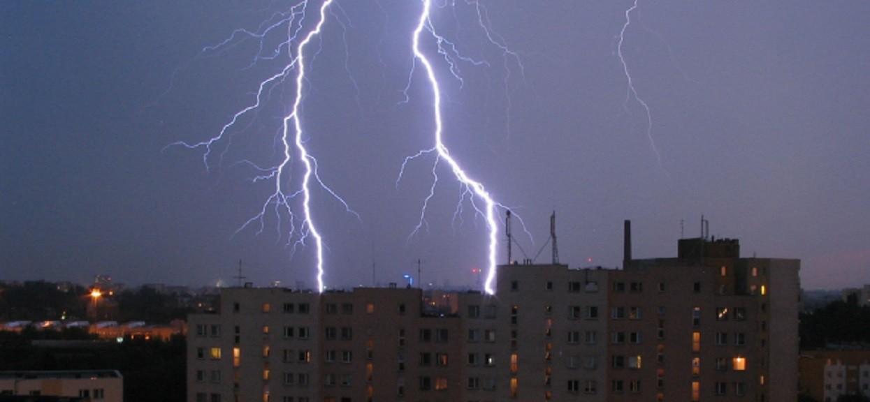 Alerty pogodowe w kolejnych częściach Polski. Nadchodzące godziny będą niebezpieczne