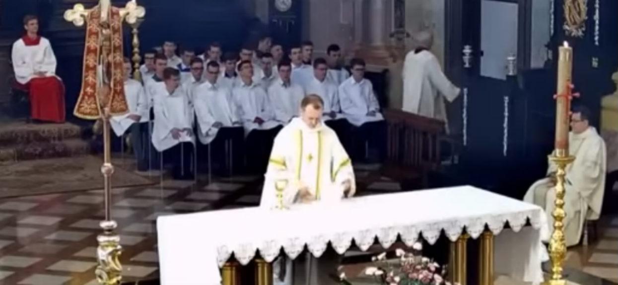 Dramatyczne doniesienia TVP z Wrocławia. Ksiądz zaatakowany nożem w kościele