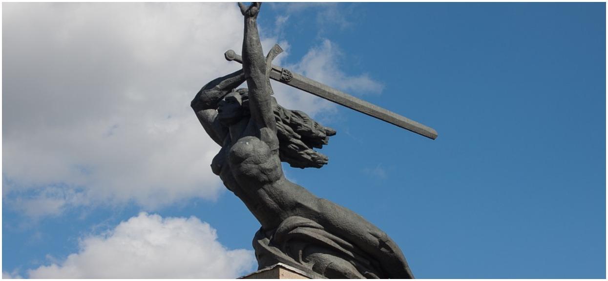 Odważna akcja aktywistek z Warszawy, przebrały pomnik Nike za postać z filmu. Tym razem przesadziły?
