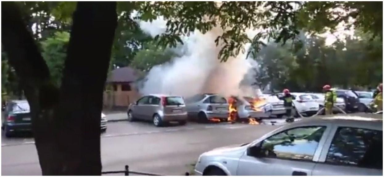 Pożary samochodów w Warszawie. Służby mają pełne ręce roboty, mieszkańcy są wstrząśnięci