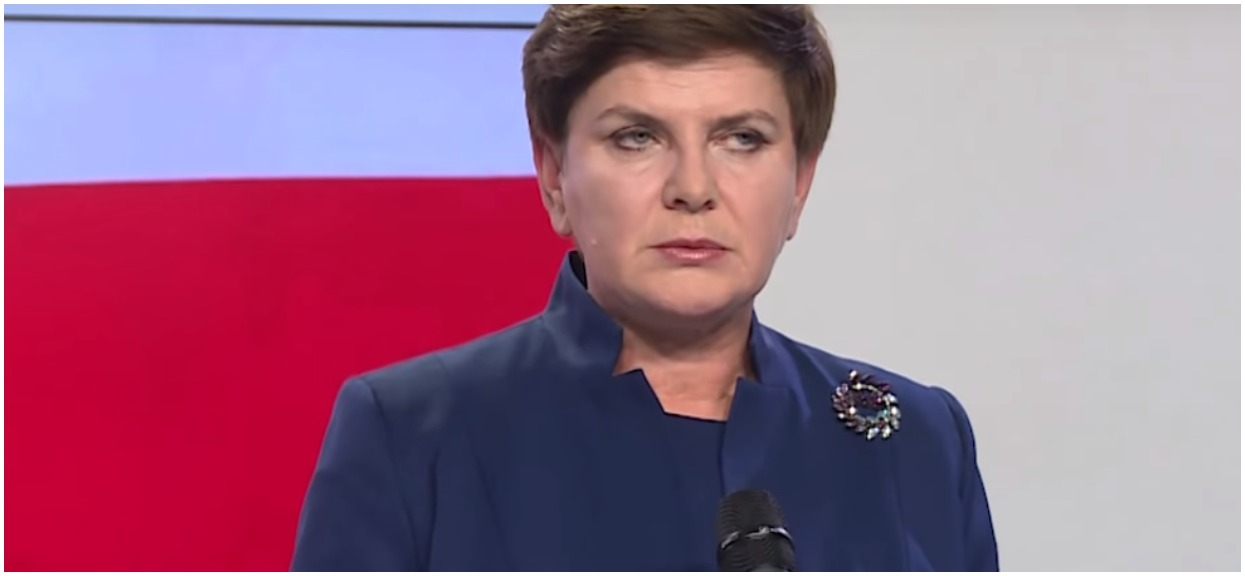 """Ledwo zagrzała miejsce, a już kompromitacja. Zrobili zdjęcie Szydło w PE, schowała """"prezent"""" od opozycji"""