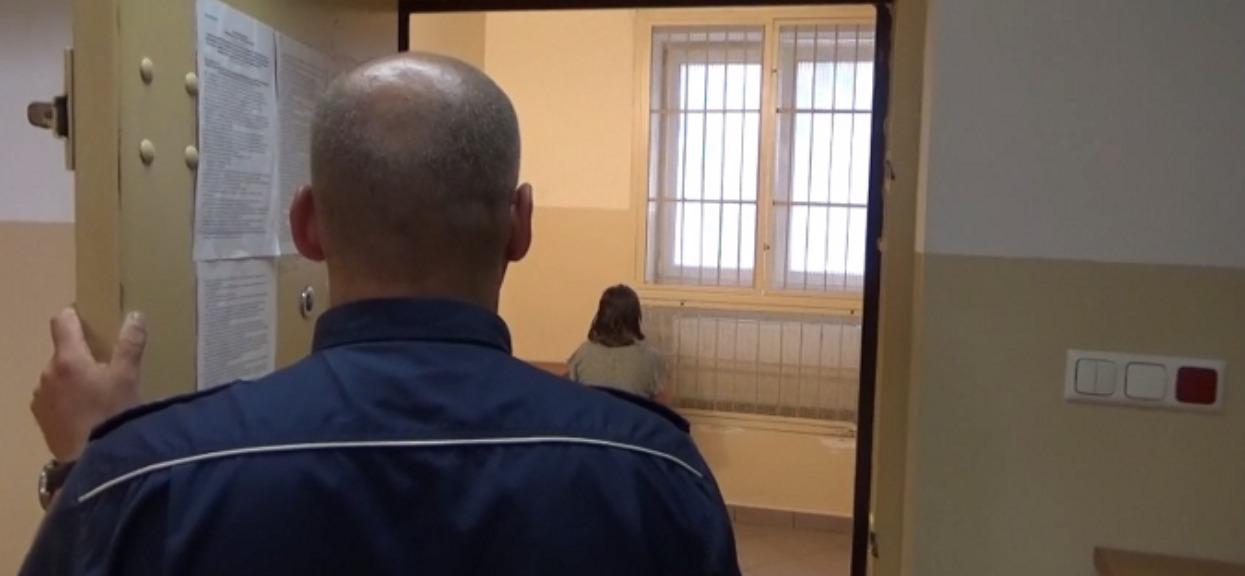 Zapłakane 13-miesięczne dziecko wyszło samo z domu. Gdy policjanci je odprowadzili, oniemieli