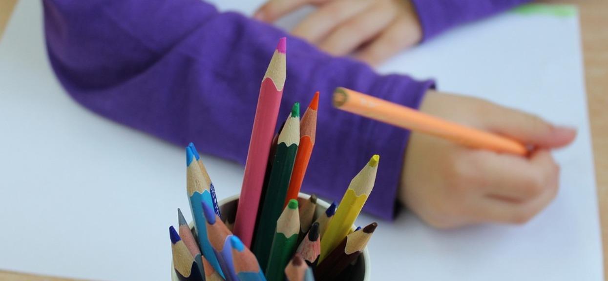 Dziewczynka w przedszkolu narysowała coś, przez co opiekunki zdębiały. Przerażone natychmiast wezwały rodziców