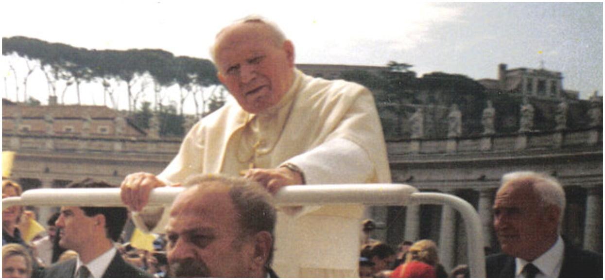 """Przełomowa wskazówka ws. zaginionej córki pracownika Watykanu. """"Sprawdźcie grób z aniołem"""", w tle Jan Paweł II"""
