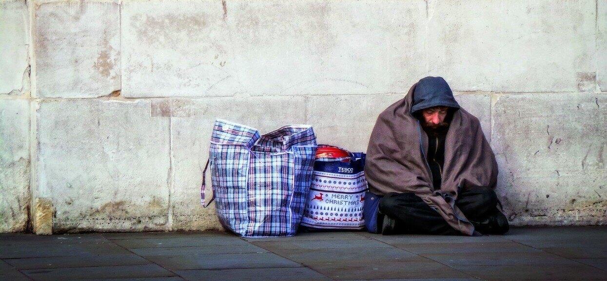 Kobieta kupiła bezdomnemu jedzenie. Ten dał jej liścik, gdy go przeczytała, zamarła