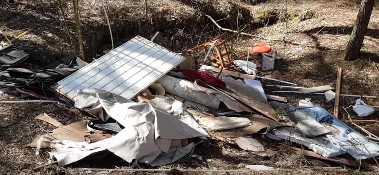 Leśnicy proszą o pomoc w ustaleniu sprawcy. Ogromna ilość śmieci w samym środku lasu