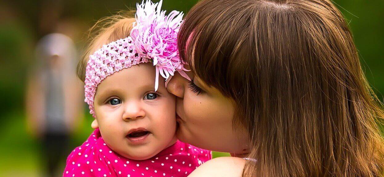 Noworodek zmarł przed pocałunek. Polskie mamy ostrzegają innych rodziców