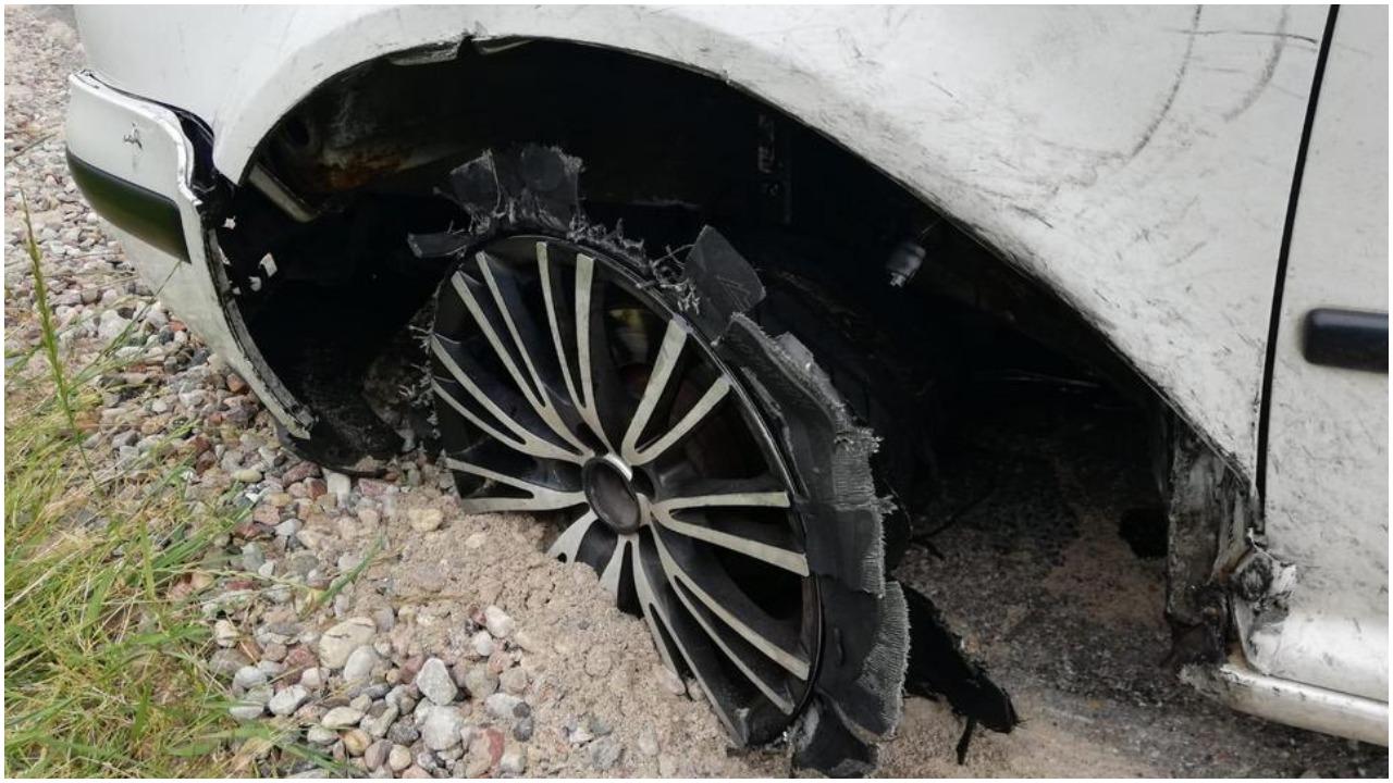 Mężczyzna wyjechał autem bez opon. Gdy zatrzymała go policja, poznała zatrważający powód jego zachowania