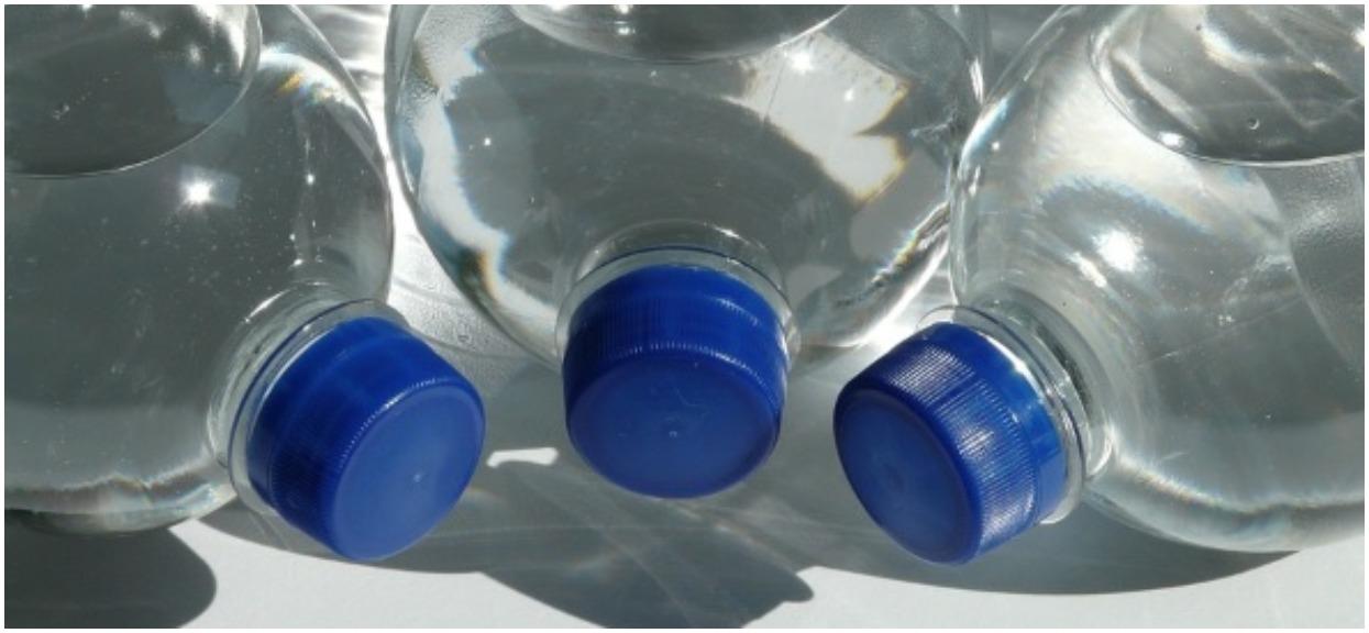 Przenigdy nie kupuj takiej popularnej wody w sklepach. Miała być zdrowa, a może być rakotwórcza