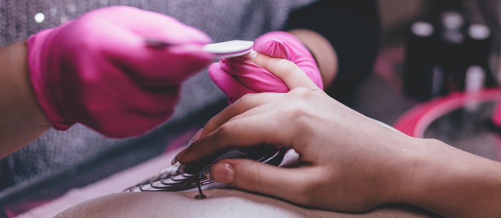 Zrobiły ci się odpryski na paznokciach hybrydowych? Jest prosty domowy sposób, który pozwoli ci je ukryć
