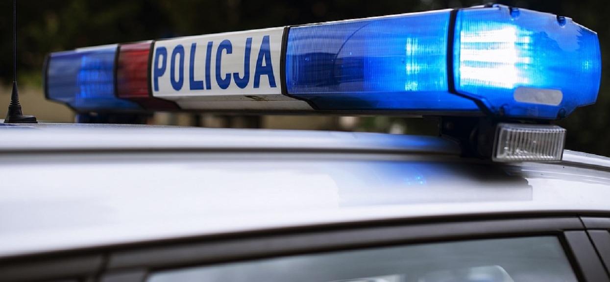 Policja odkryła zwłoki zadźganej kobiety. Jej pijany partner schował się w absurdalnym miejscu