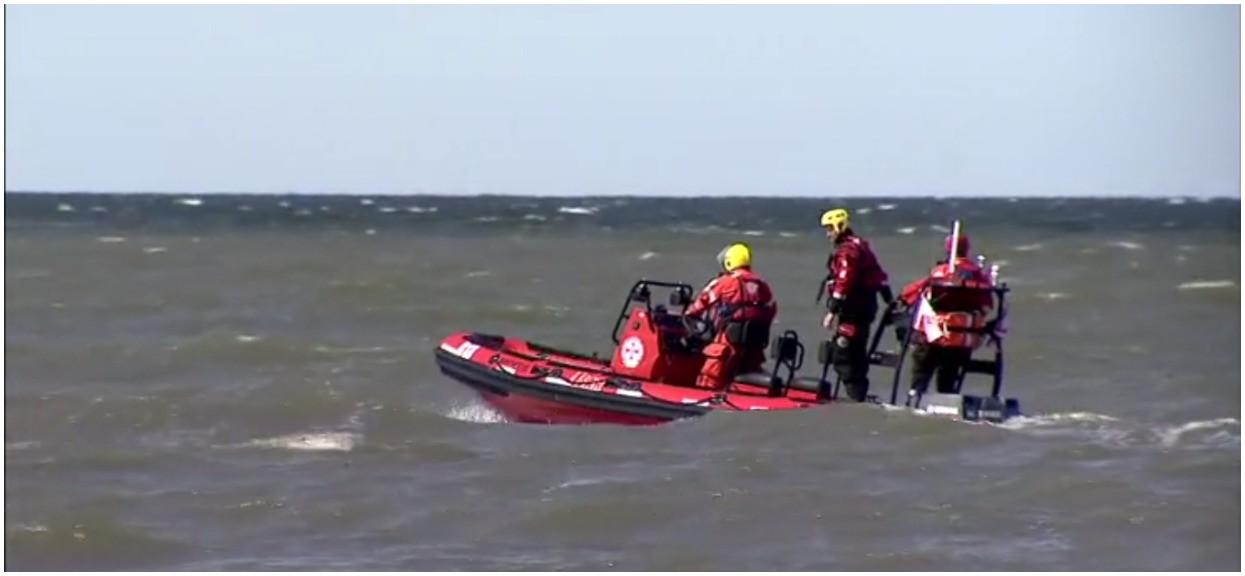 Nagła akcja ratownicza nad Bałtykiem. Statki SAR i śmigłowiec poszukują młodego mężczyzny