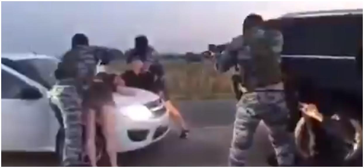 Uzbrojeni mężczyźni nagle zatrzymali samochód. Po chwili kobieta skakała z radości